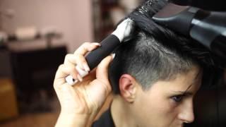Acconciatura capelli corti con cerchietto elastico