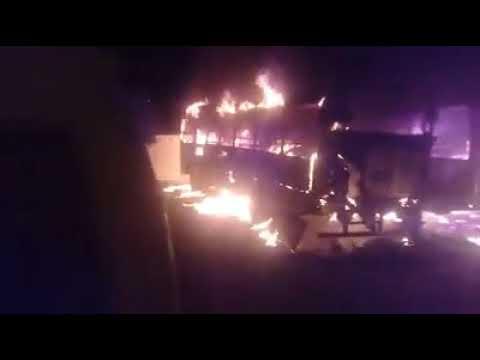 Ônibus escolares ficam carbonizados após incêndio no pátio da Prefeitura Municipal de Madalena