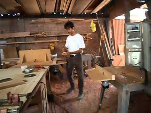 Caprinteria elaboracion de puerta de tablero pt 1 youtube for Como hacer una puerta con tablas de madera