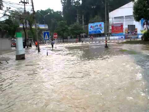 น้ำท่วมพุนพิน กลางถนน หน้าธ.ออมสิน
