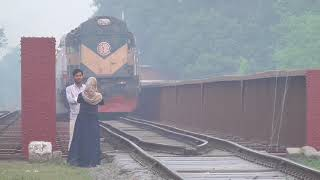 Download Video Kopotaskh (কপোতাক্ষ এক্সপ্রেস ট্রেন) Express Train (White PTINKA) Passing Alamdanga Railway Bridge MP3 3GP MP4