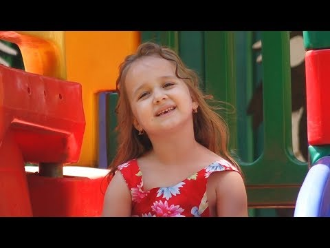 Малышка круто поет ,Воспитатель наш, детский сад,студия SUN RAYS, про детский садик