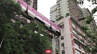 In dieser Stadt fahren Autos über Dächer und die Bahn durchs Haus