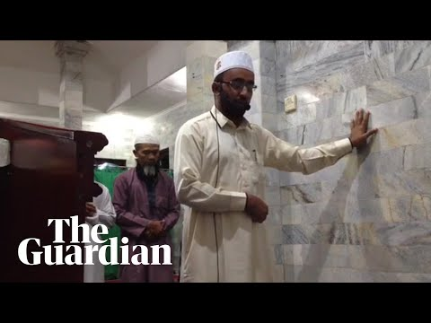 Indonesian imam continues prayers in Bali during earthquake