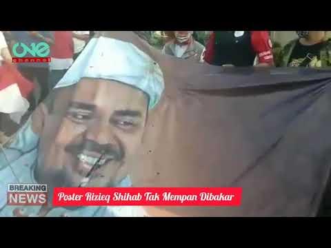 viral-video-spanduk-bergambar-rizieq-shihab-tak-mempan-dibakar-pendemo