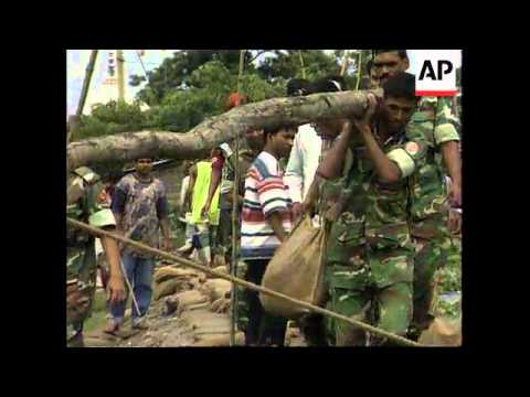 Bangladesh - Soldiers try to prevent flood damage