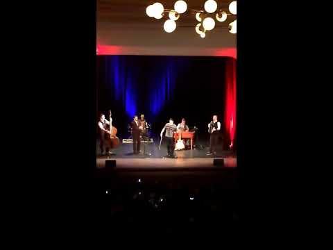 Nečakaný výkon fanúšika na koncerte Kandráčovcov