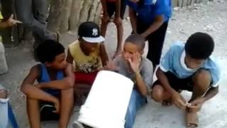Niños Con Un Talento Especial Dembow tocando con una cubeta!!! 2014