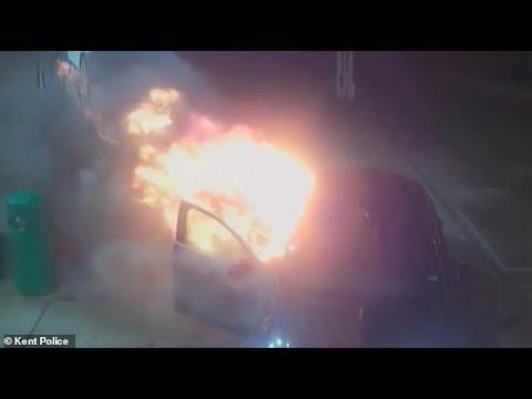 Dos hombres rocían con combustible un taxi en una gasolinera y le prenden fuego