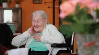 Бабушка поет