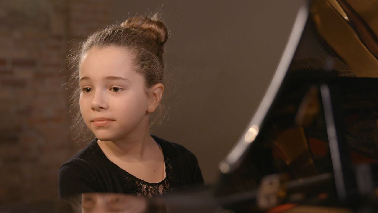 heartbreaking-child-reserves-40-seats-for-her-dad-at-her-recital-and-only-7-of-him-show-up