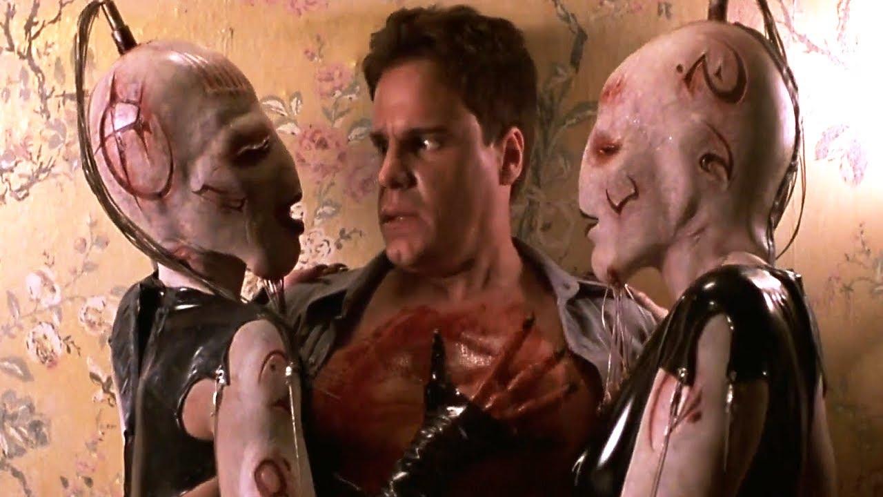 童年陰影恐怖片《養鬼吃人5》,男子被地獄修道士按在墻邊折磨,他竟然還很享受,下一秒就後悔了!【小青】