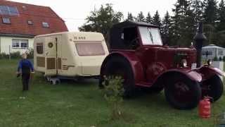 Oldtimer Traktor mit Wohnwagen Abreise