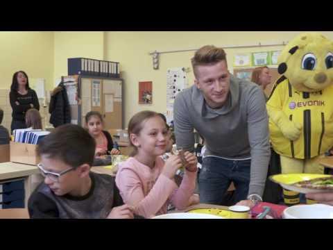 'Große Klasse!': Marco Reus besucht Dortmunder Grundschule (ENG Subtitles)