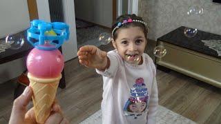 Lina Annesi İle  Baloncu Dondurmayı Kapışıyor Paylaşamadılar  Funny Kids Video