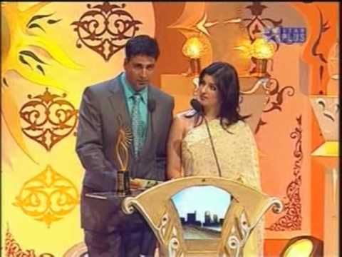 IIFA 2006 - Akshay & Tina presents the trophy ....