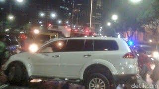 Download Video Viral !!! Mobil Pajero Sport Ugal-Ugalan VS Bus Malam MP3 3GP MP4