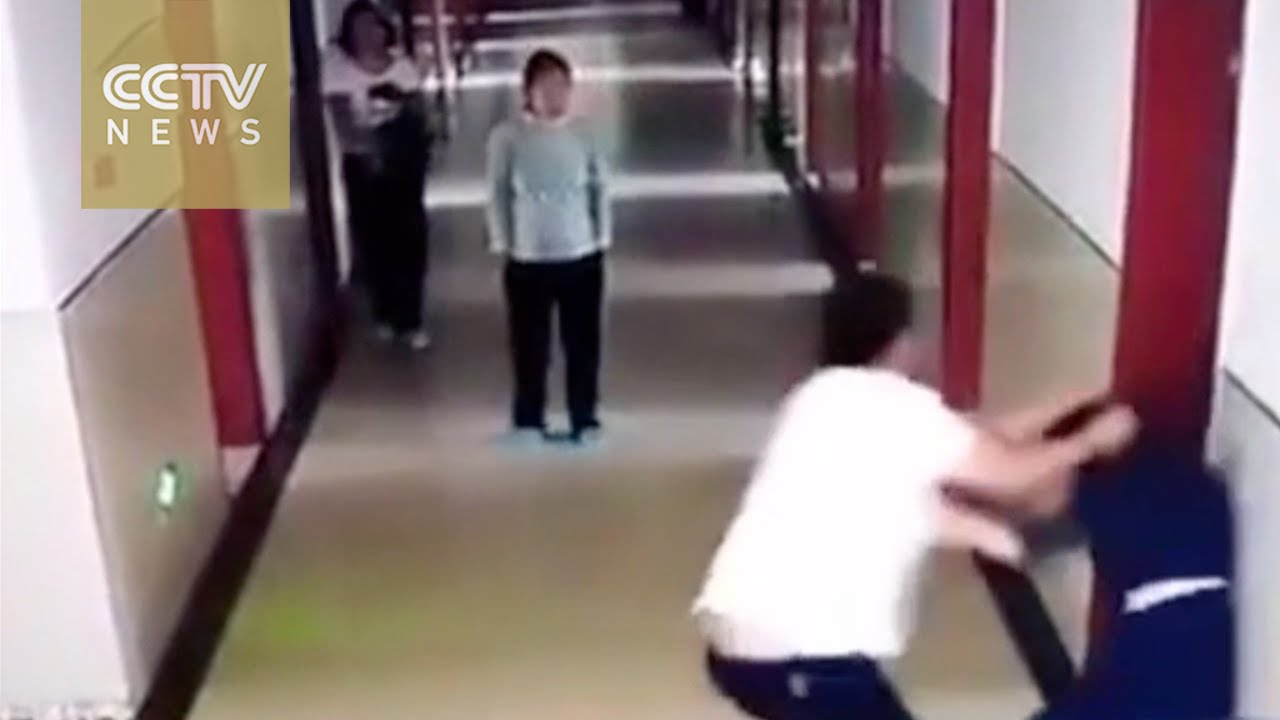 中国の監視カメラがとらえた衝撃映像。女性スタッフにいきなり殴りかかる男性スタッフ