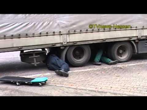 Polizei legt Seelenverkäufer still: Anhänger eines polnischen Lastzuges fuhr nur auf drei Rädern