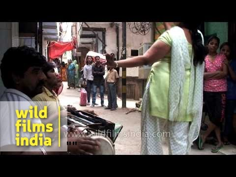 Hijra dances on a street in Delhi, places money into her blouse - Indian  transvestites