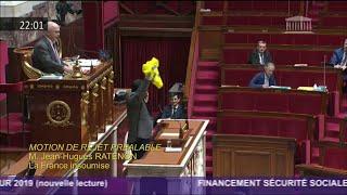 Le député Jean-Hugues Ratenon (LFI) brandit un gilet jaune dans l'Assemblée nationale