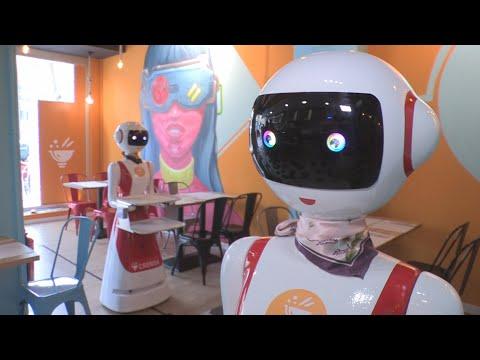 """Os robots chegan ao restaurante: Mulán pide paso e chama """"cariño"""" ao cliente"""