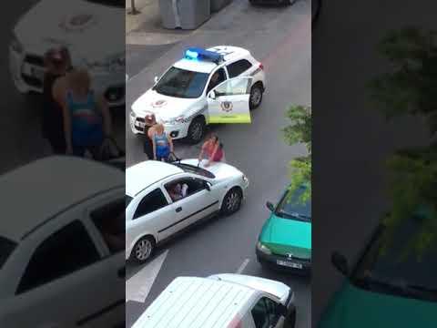 La policía local de Camargo interviene en una pelea en plena calle