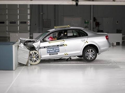 2005 Volkswagen Jetta sedan moderate overlap IIHS crash test