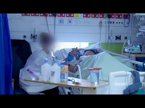 В Великобритании больницы не справляются с потоком больных из-за нового штамма коронавируса.