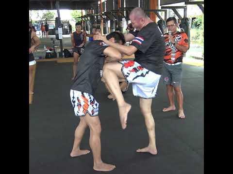 Dieselnoi Chor.Thanasukarn teaches a KO clinch knee combination