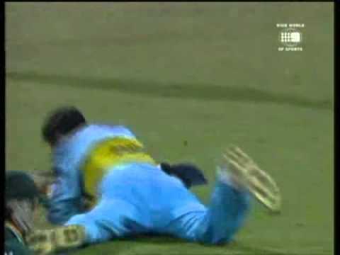 RAHUL DRAVID - GREATEST CATCH!!!!!! vs PAKISTAN 2000 Gabba