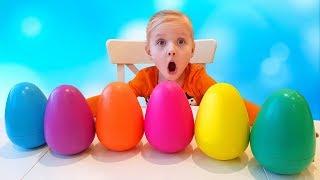Девочка ищет разноцветные яйца с сюрпризами игрушками