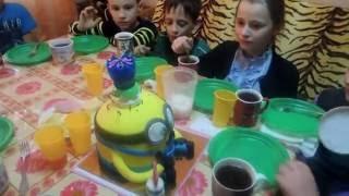 Обзор торта миньона из мастики,зажигаем свечи.В гостях на дне рождения с ребёнком.