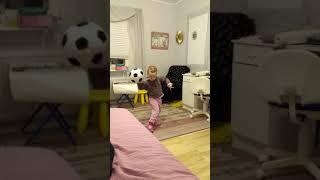 Злата танцует произвольную программу с мячом.