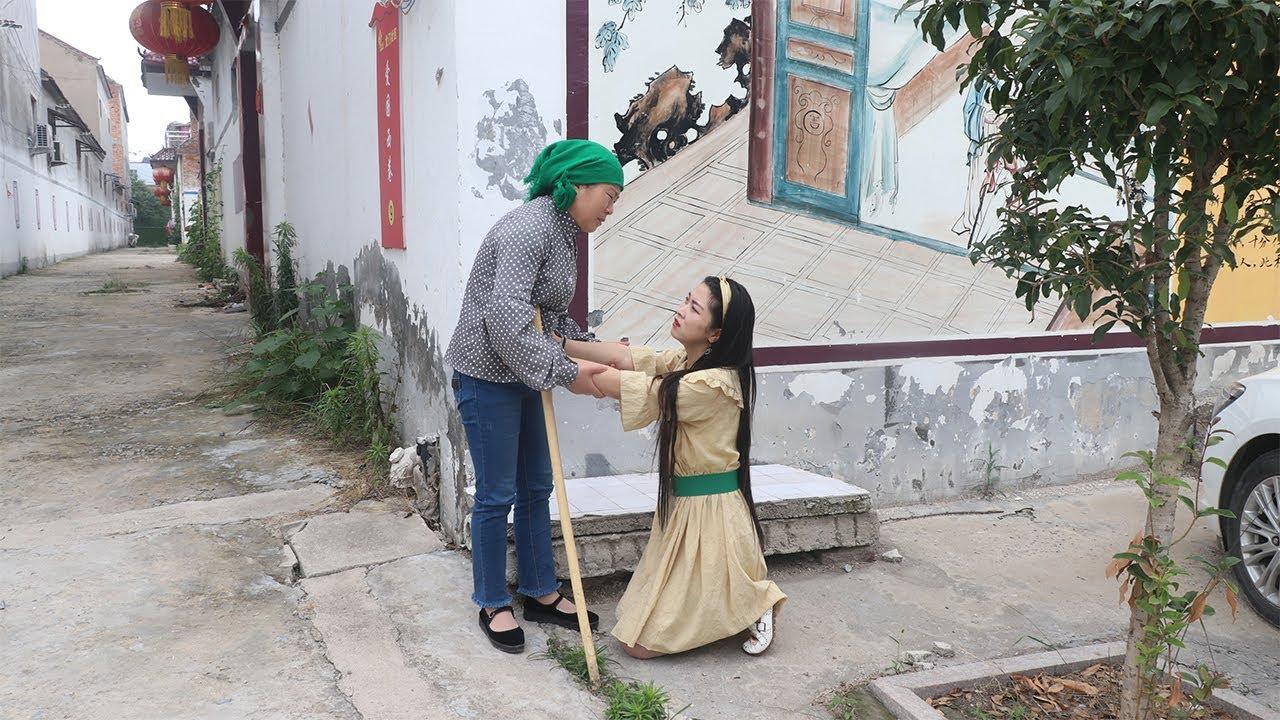 女儿打工断了联系,母亲每天去村口等她,女儿回来跪下了【农村微情剧】