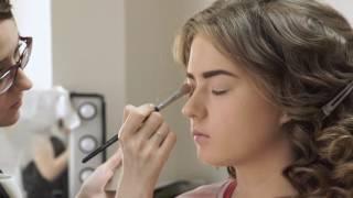 видео Вечерняя прическа и макияж - создаем праздничный образ дома