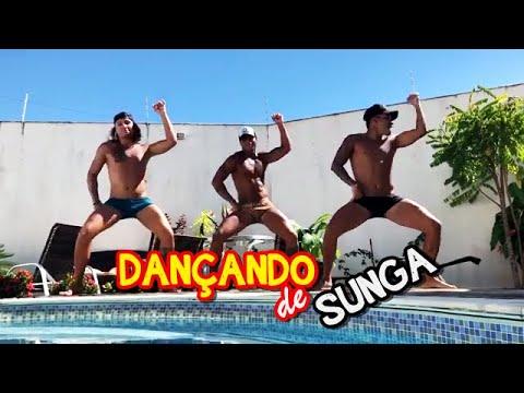 Meninos dançando de sunga thumbnail