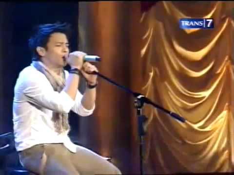 noah with iwan fals denting piano