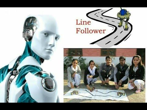 Industrial Training के दौरान Line Following Robot को प्रदर्शित करते छात्र - छात्राऐं ।