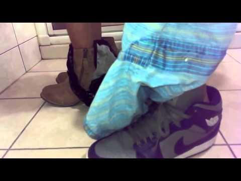 Phát hiện 1 đôi đang xxx trong nhà vệ sinh