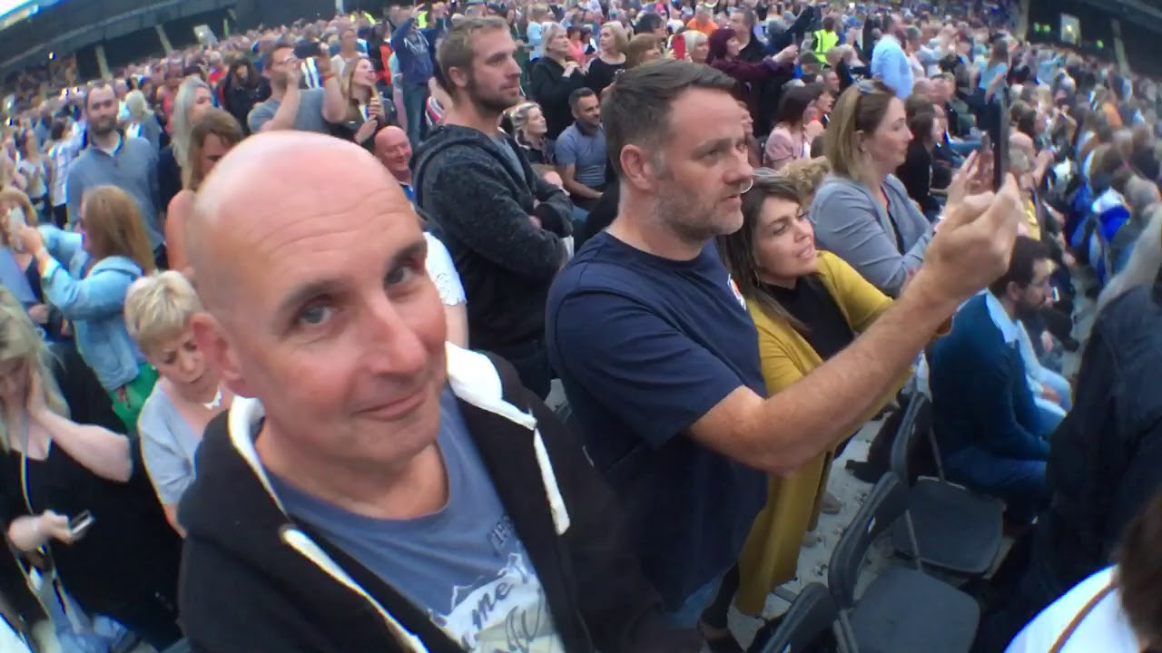 Lionel Richie Sunday Perth With A Selfie Stick Youtube