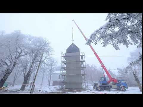 Beemelték a Tarhoson épülő templomunk sisakját
