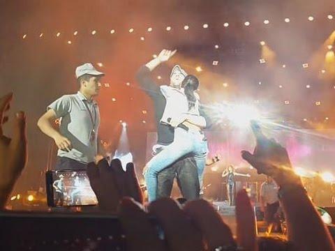 Поклонница запрыгнула на Энрике Иглесиаса на концерте в Баку