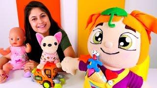 Ayşe Lili'ye Play Doh oyun hamurundan şekiller yapıyor