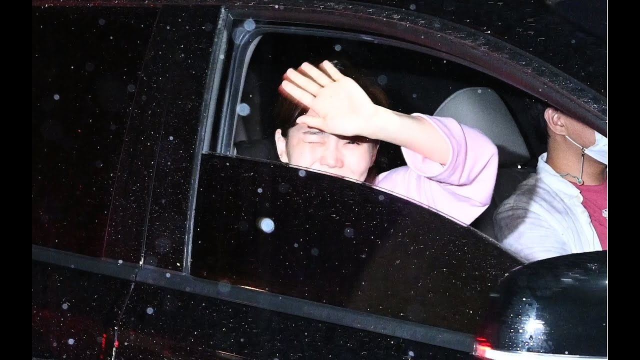 200810 오마이걸 효정 (HyoJung) - 폭우 속에서도 팬들에게 인사하려고 창문 열어 인사해주는 팬사랑 가득한 효리더 - 어벤걸스 출퇴근길 [직캠 / FANCAM] [4K]
