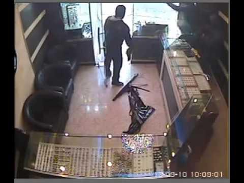 عملية سطو مسلح على محل مجوهرات ذهب في عناتا بالقرب من القدس فلسطين