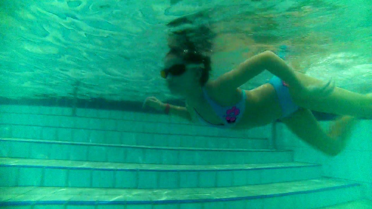 Девчонки резвятся в бассейне фото 48-674
