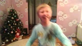 Пацан танцует под песню из физрука