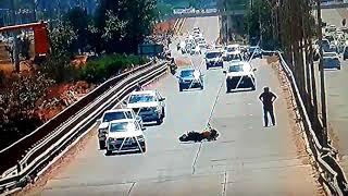 Motociclista se salva de milagro al rozar un auto y caer en la autopista