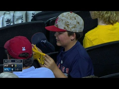 PIT@ATL: McCutchen Gives Batting Glove To A Young Fan